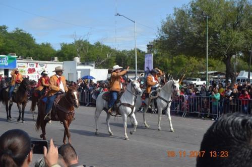 Desfilan más de 5 mil en el 107 Aniversario de la Revolución Mexicana